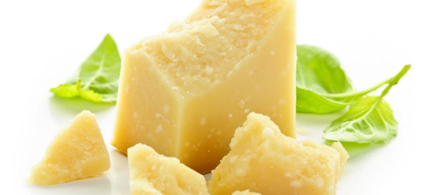 Twee blokjes oude kaas