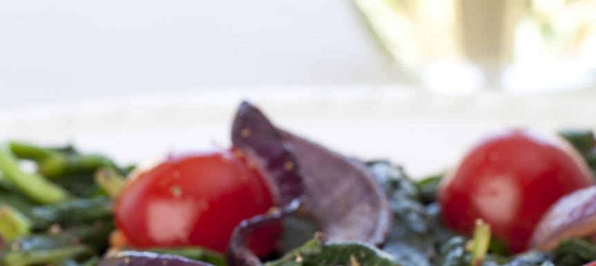 Verse bladspinazie, cherrytomaatjes, knoflook, uitje en kipfilet